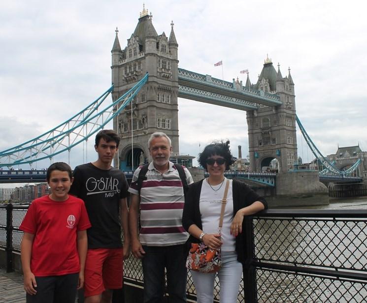 Ambros, Jose y sus hijos  por Londres