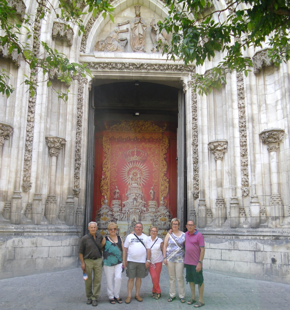 Joan y Petita con amigos en Sevilla