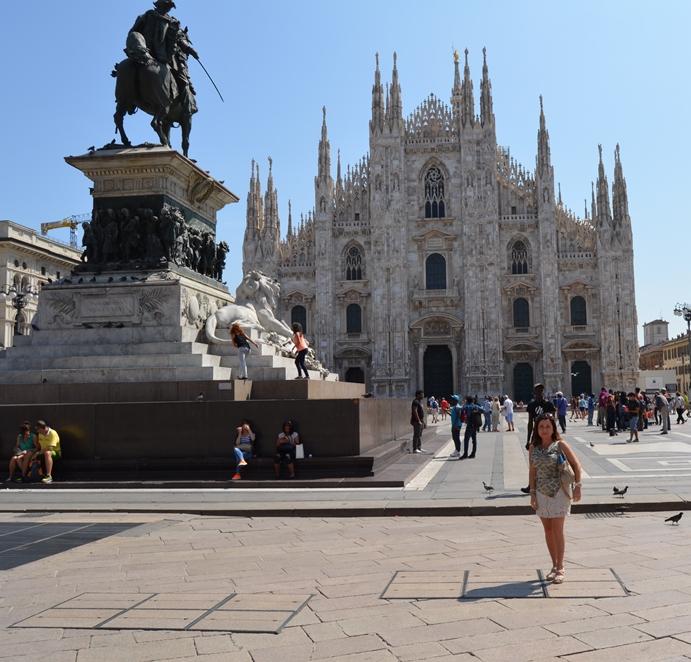 Montse en Plaza del Duomo (Milán)