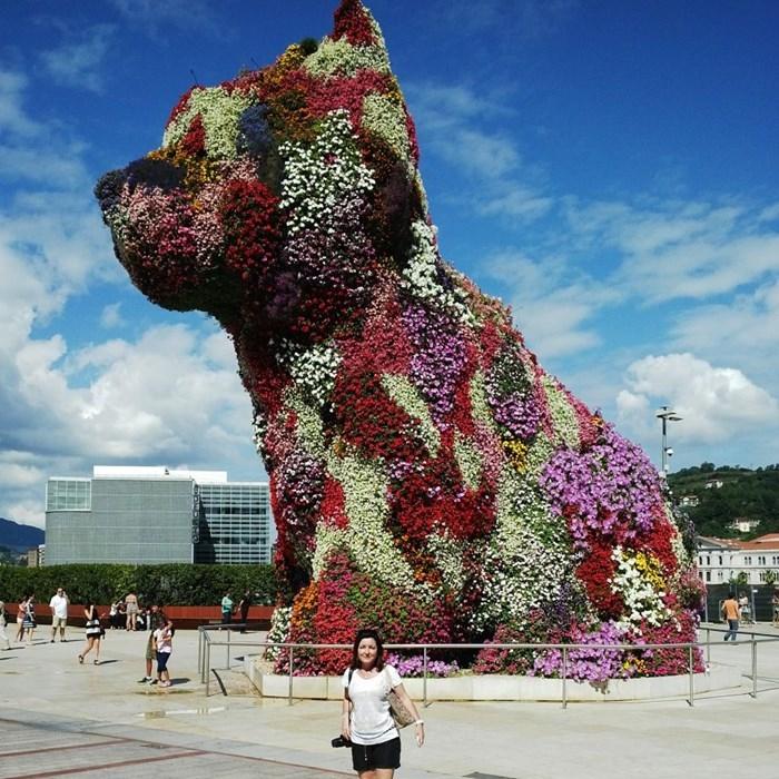 Montse en el Perro de Guggenheim Bilbao