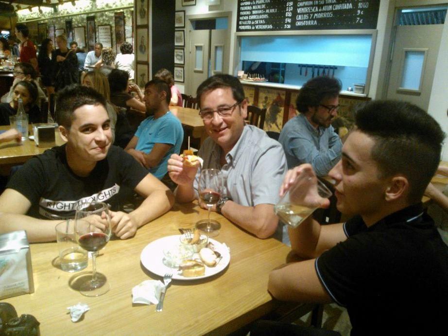Alfonso y sus hijos de tapeo. País Vasco