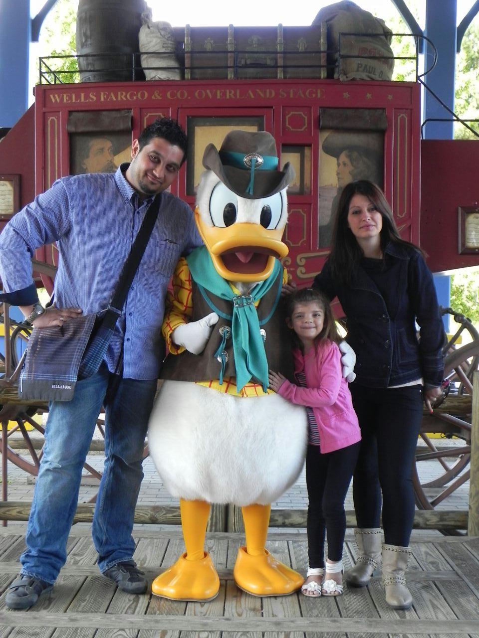 Naiara, Zaida y Txema con Pato Donals en Disneyland París