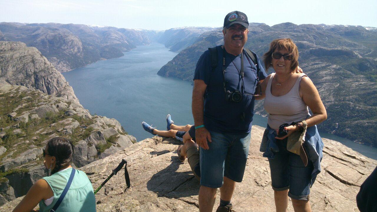 """Enric y Neus en """"El Púlpito"""", Fiordos Noruegos"""