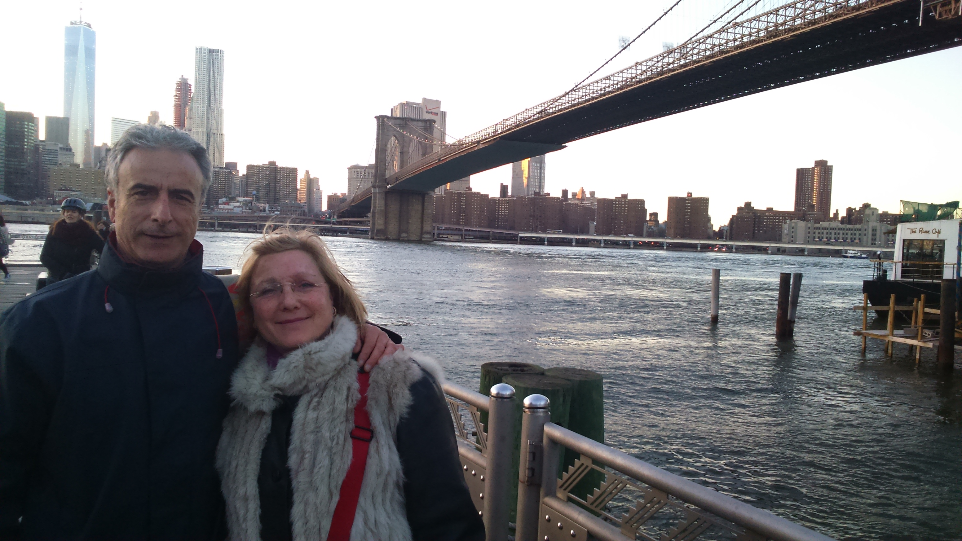 Pam y Antonio al lado del puente de Brooklyn