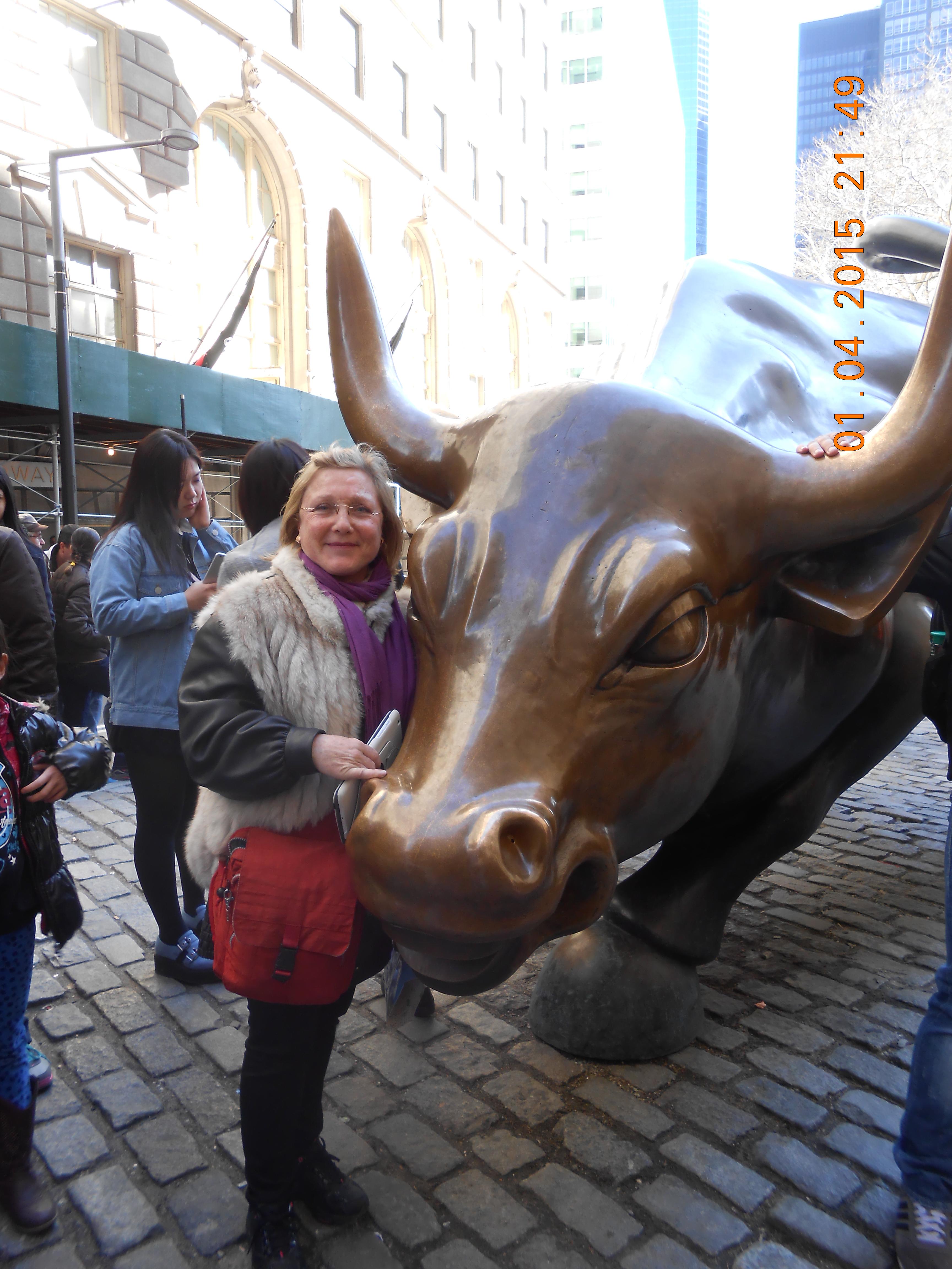 Pam junto a toro de wall street