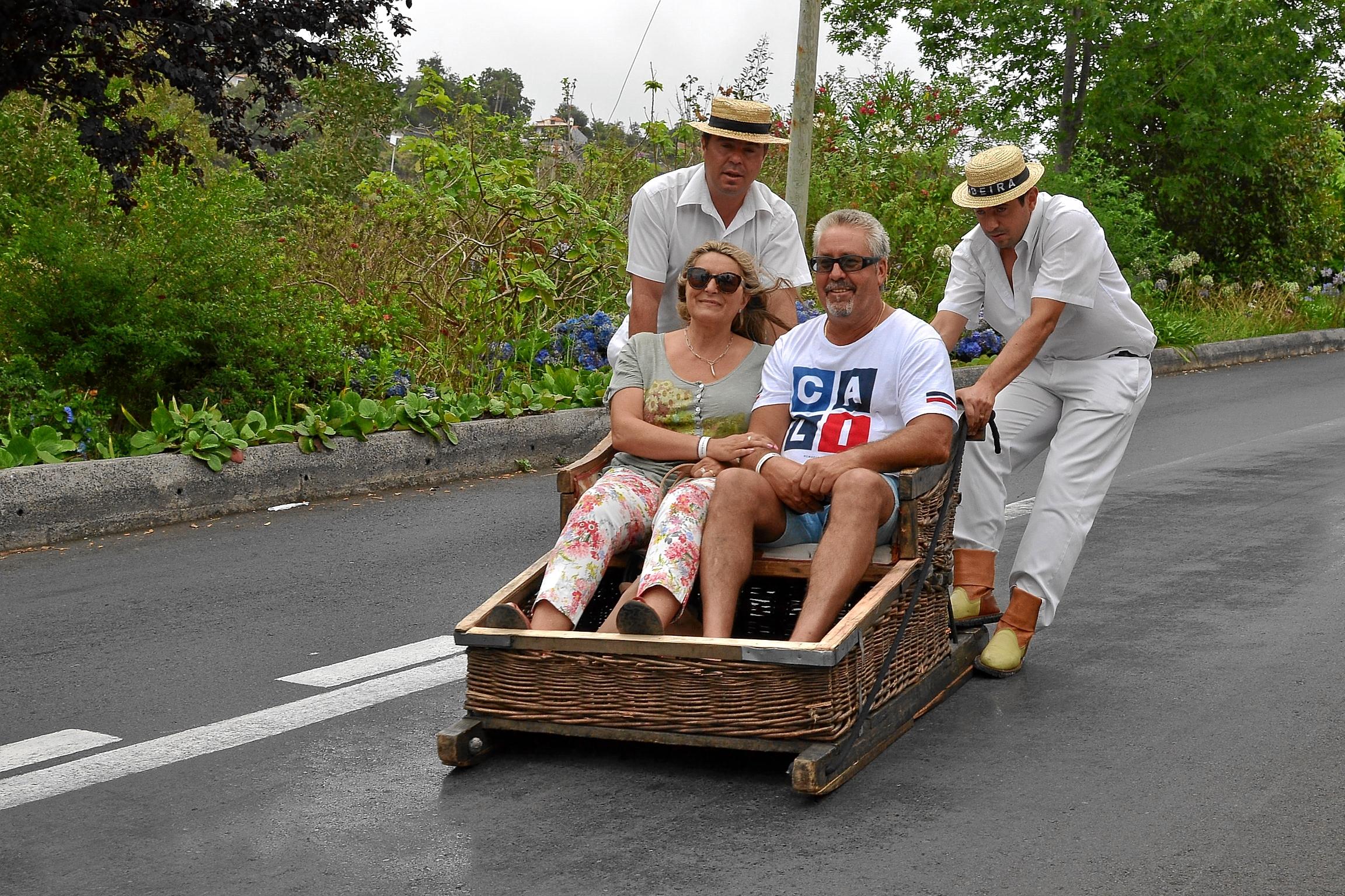 Maricarmen y Luis hacen bajada en cesto funchal por Madeira.