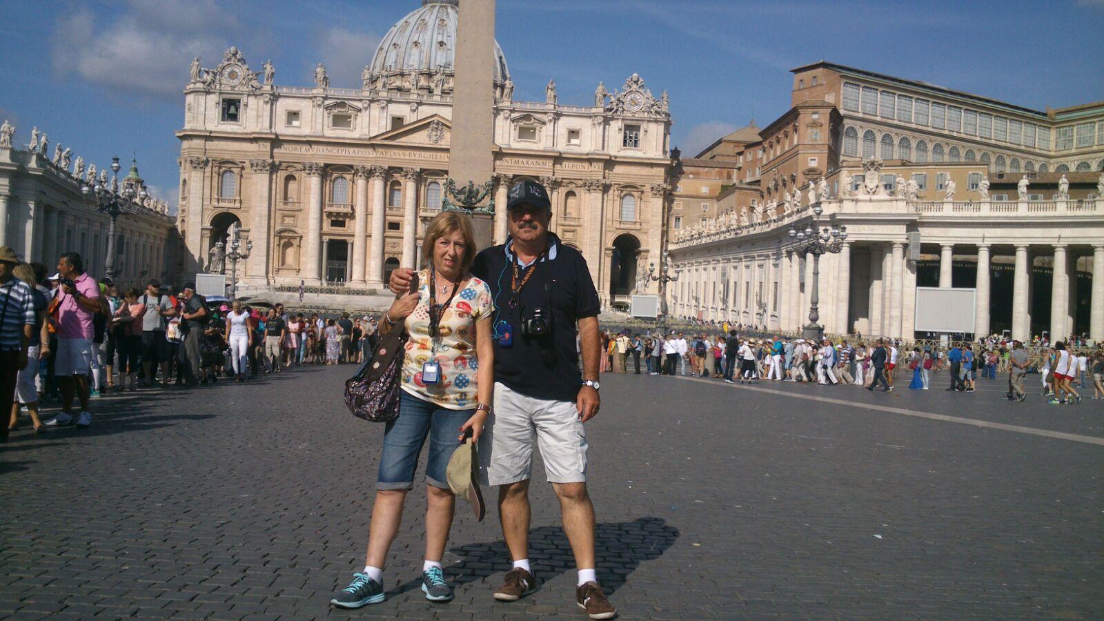 Neus y Enric ante el Vaticano.