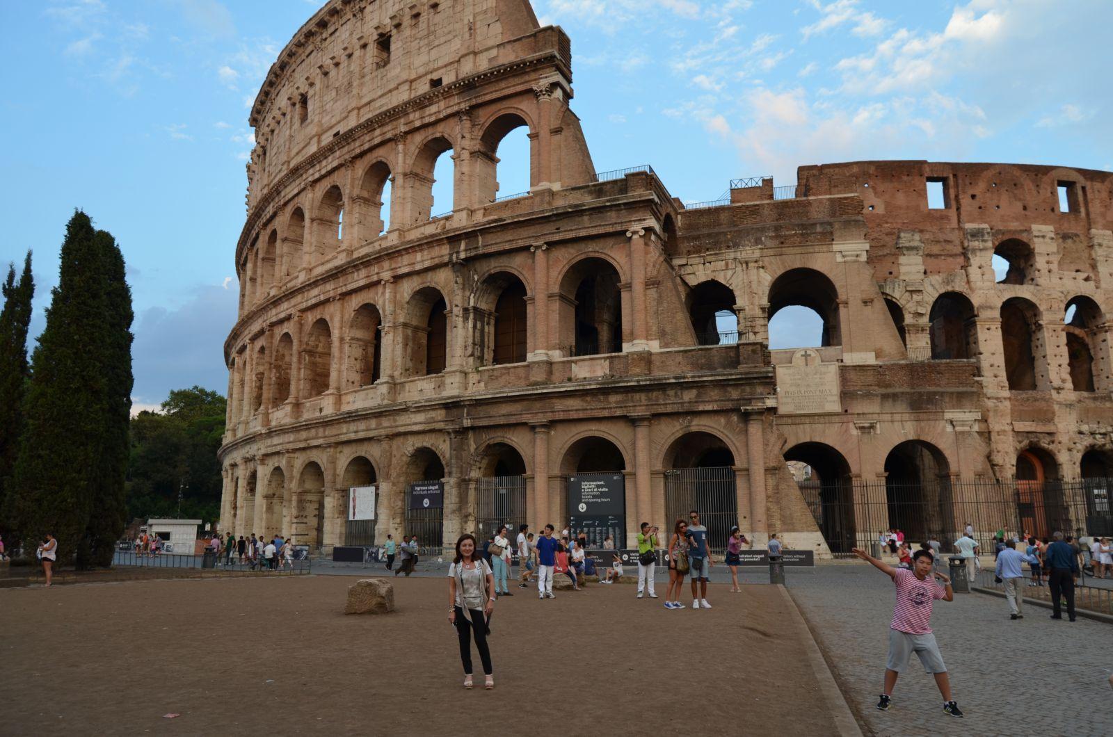 Montse ante el Coliseo de Roma