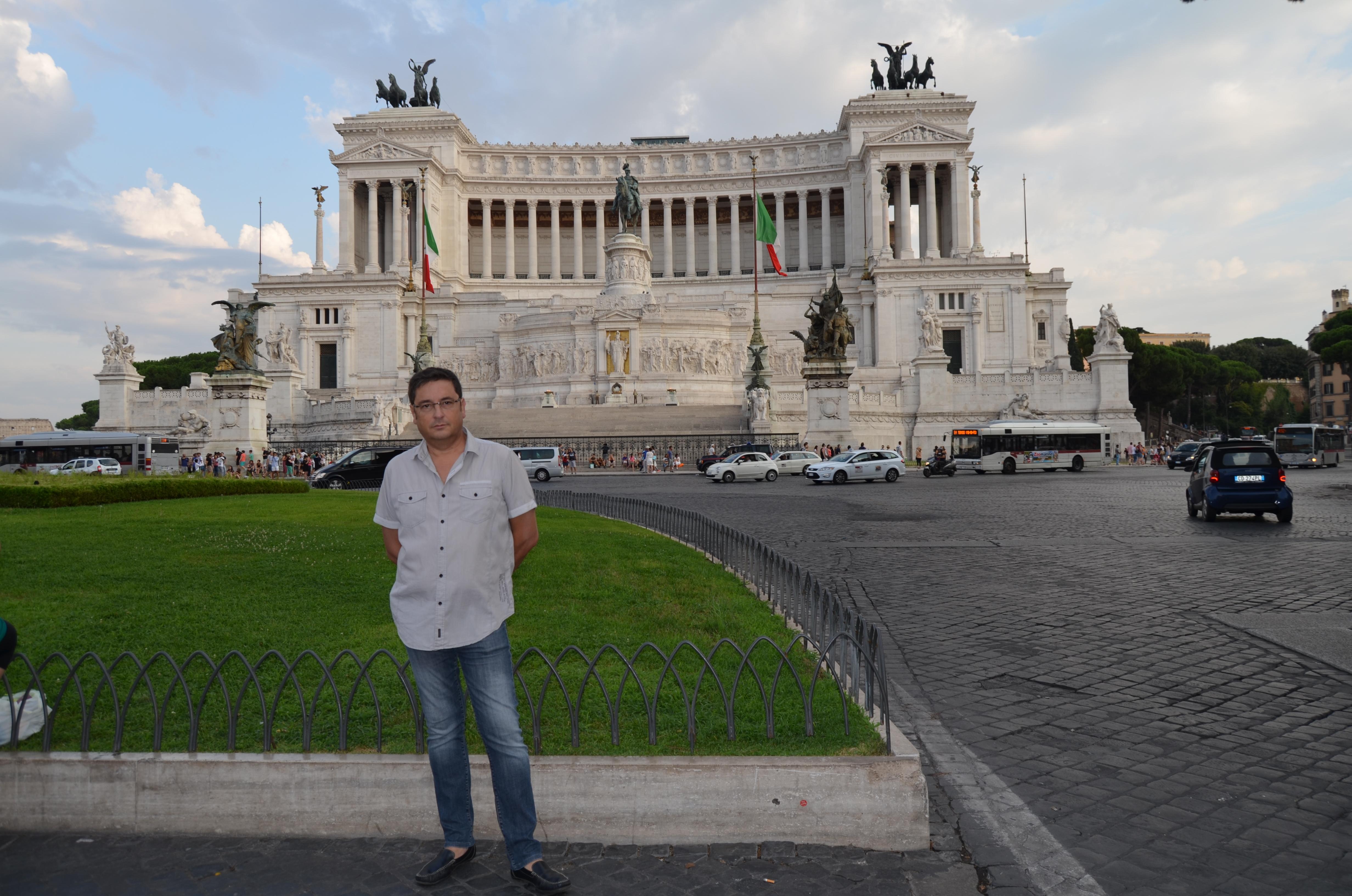 Alfonso con el Monumento a Vittorio Emanuele en Roma