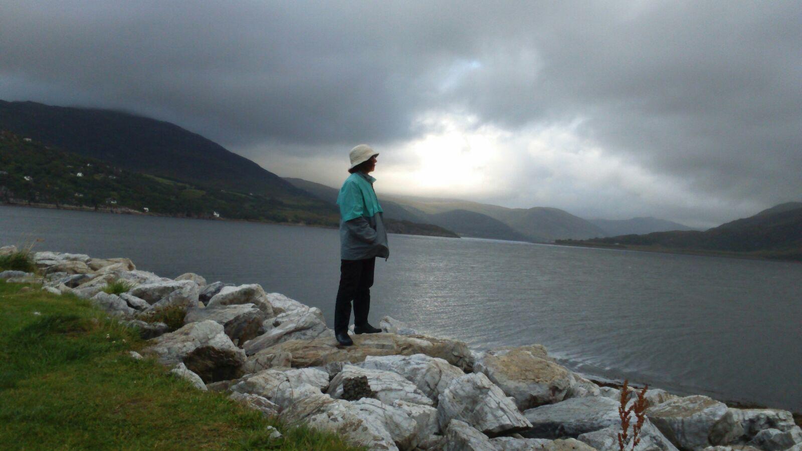 Rosario contempla el Lago Ness