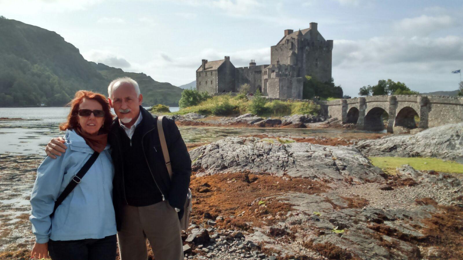 Rosario y Agustín con el castillo de Eilean Donan en Escocia
