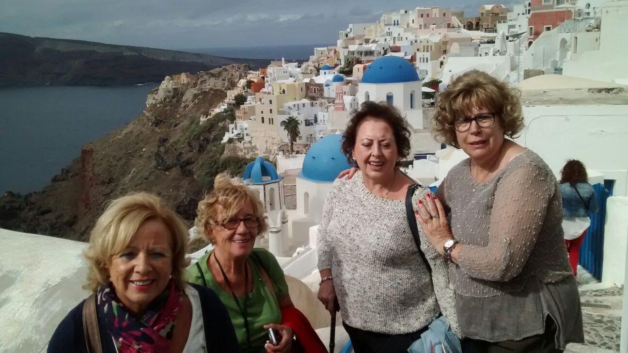Esther junto a sus amigas en Santorini