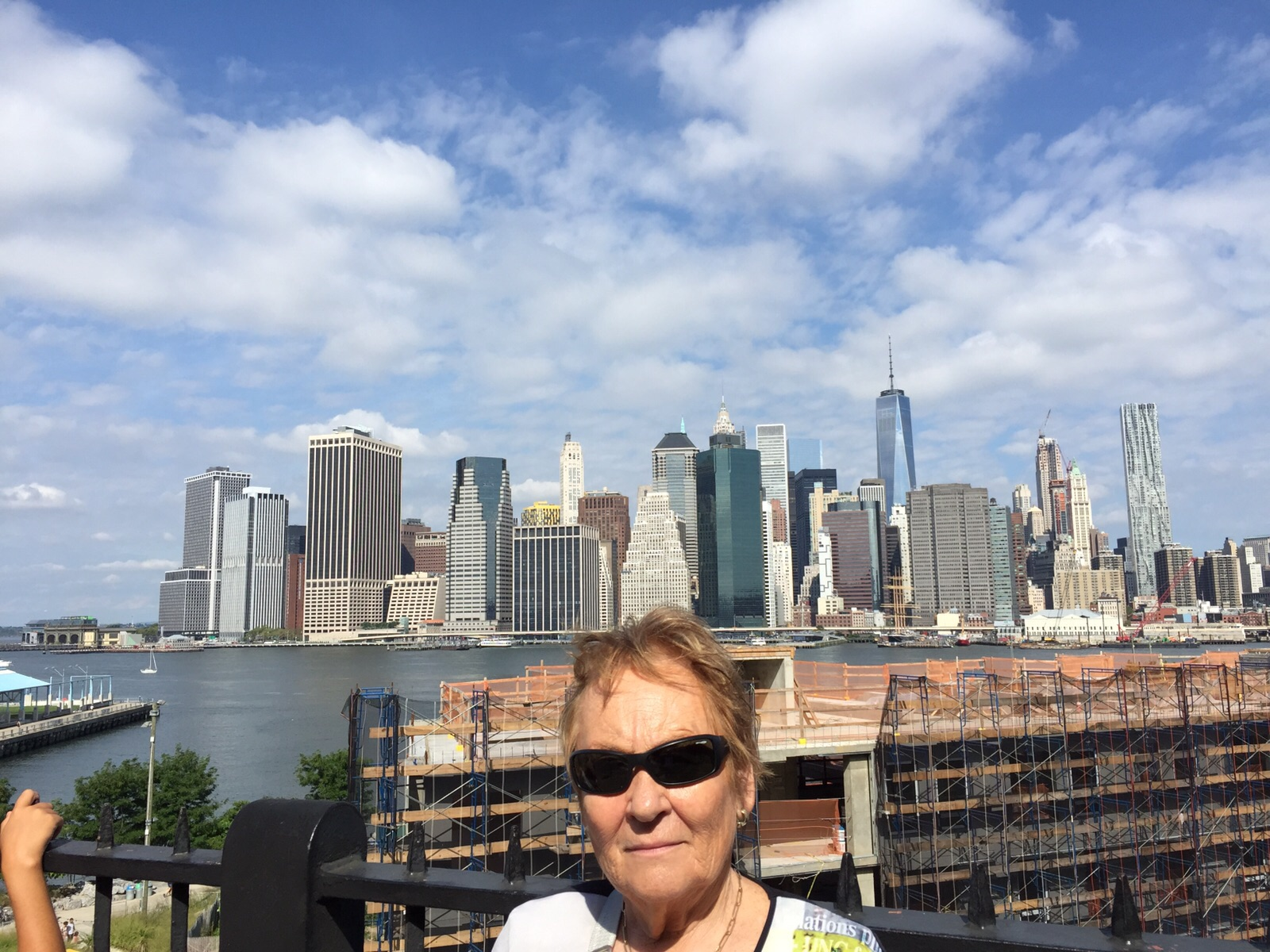Loly con Skyline de Manhattan de Fondo