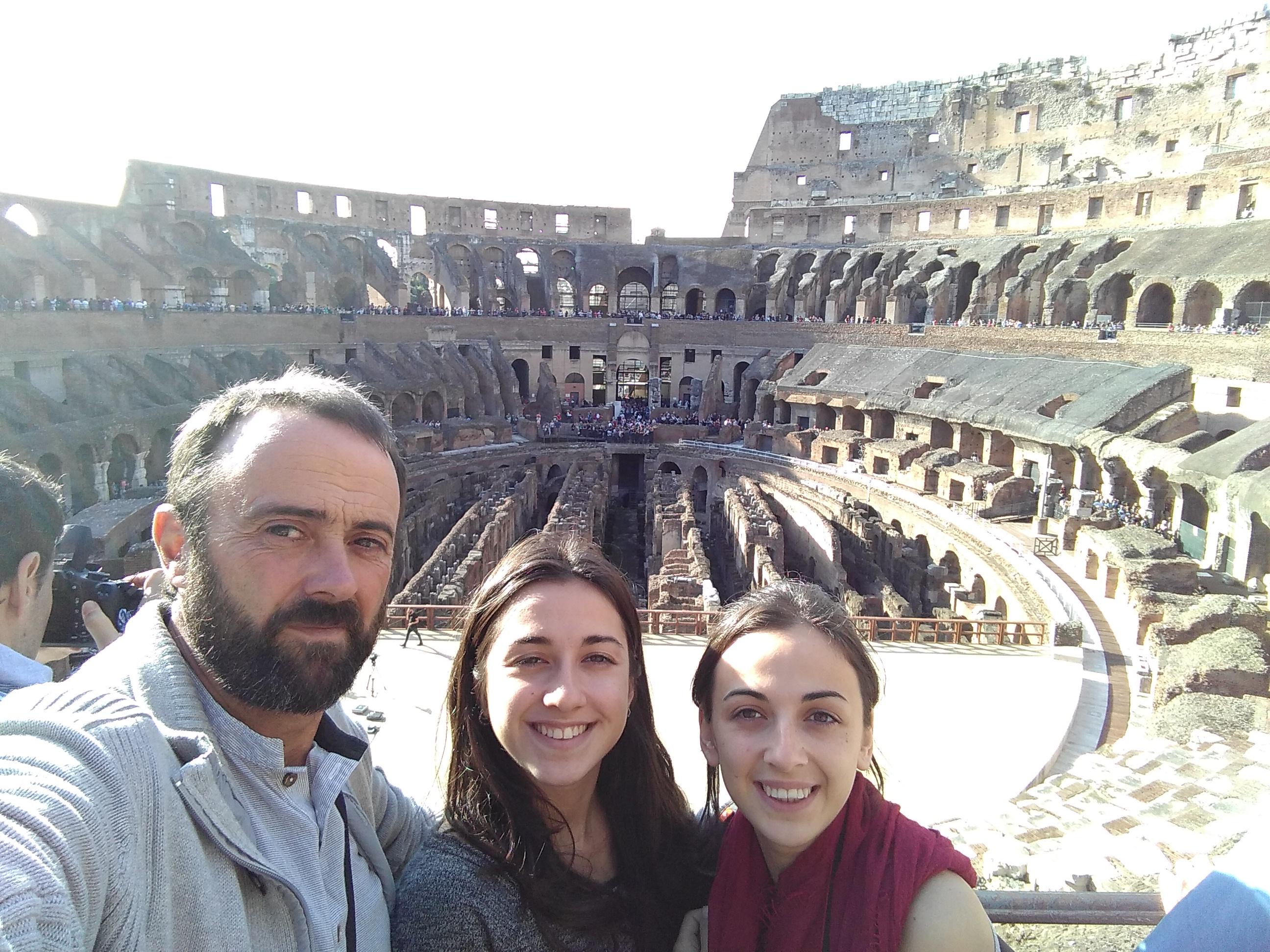 Núria, Jesus e Irene dentro del Coliseo de Roma
