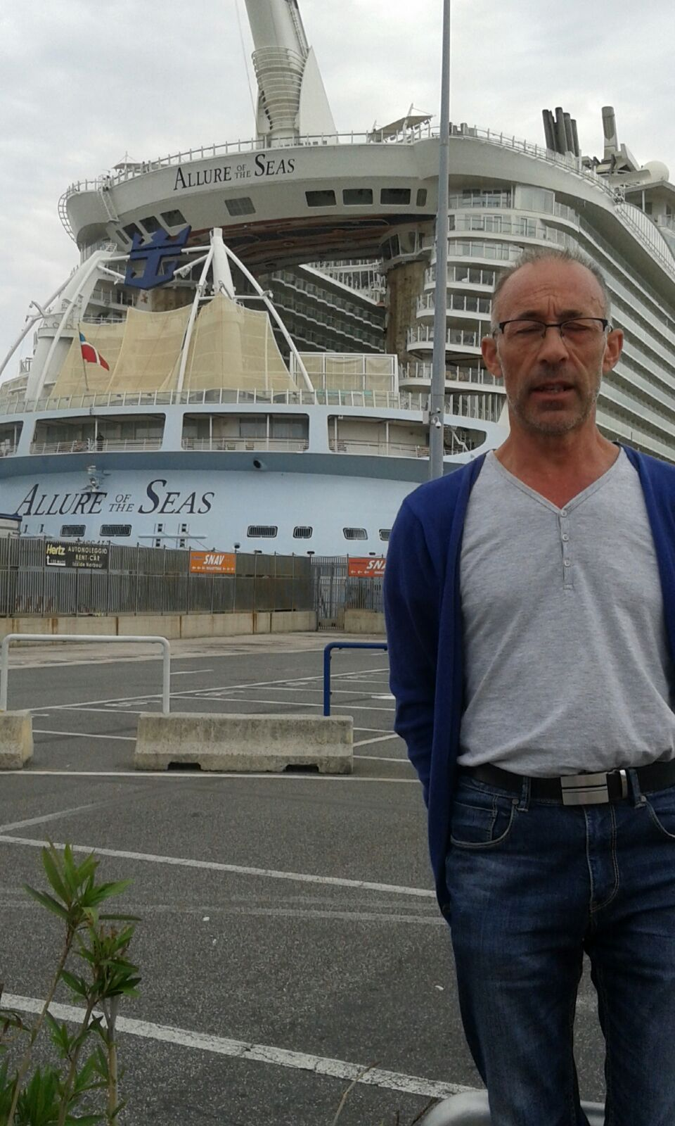 Enric con el Allure the seas al fondo