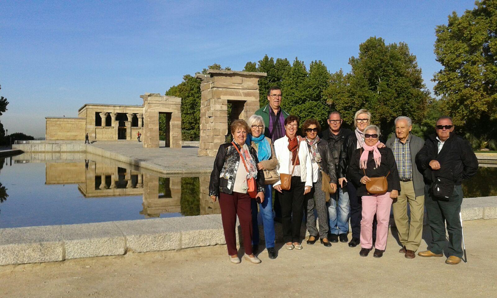 Joan y Pepita con amigos en el Templo de Debod en Madrid