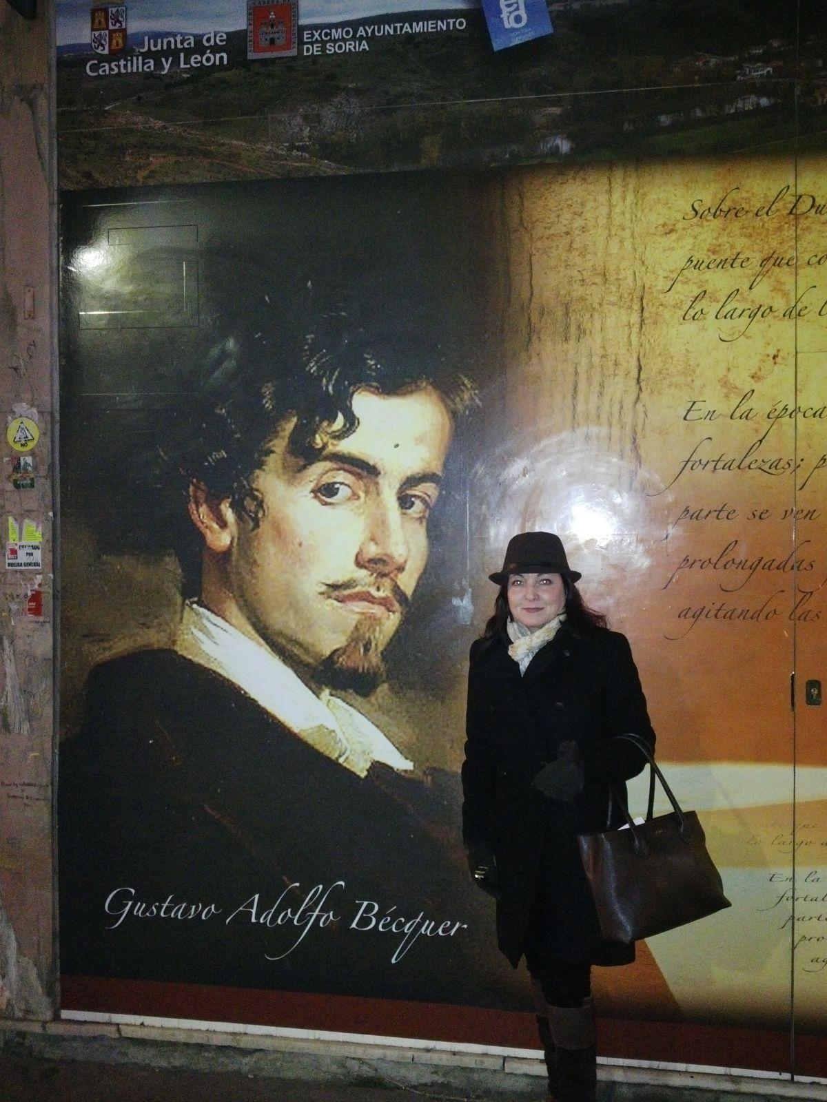 Montse junto al mural de Becquer en la calle mayor de Soria