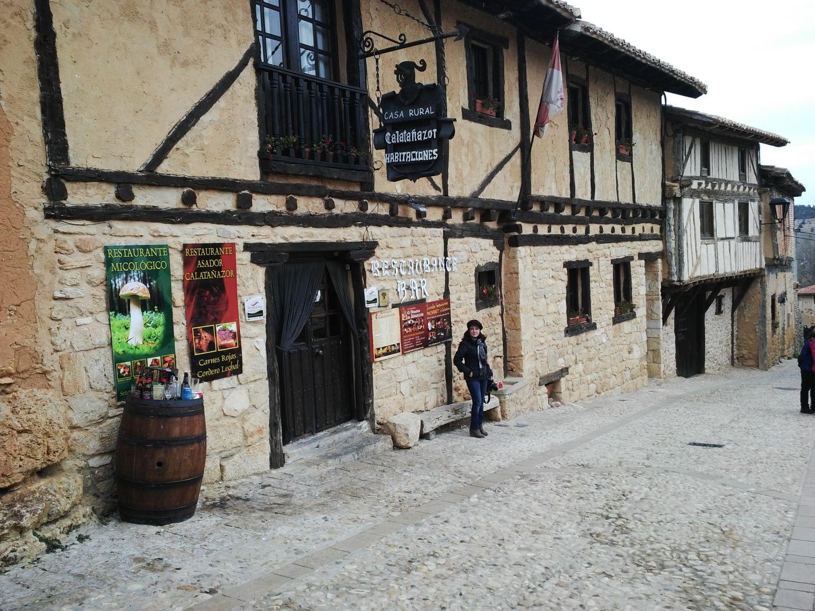 Montse ante una casa típica de Calatañazor