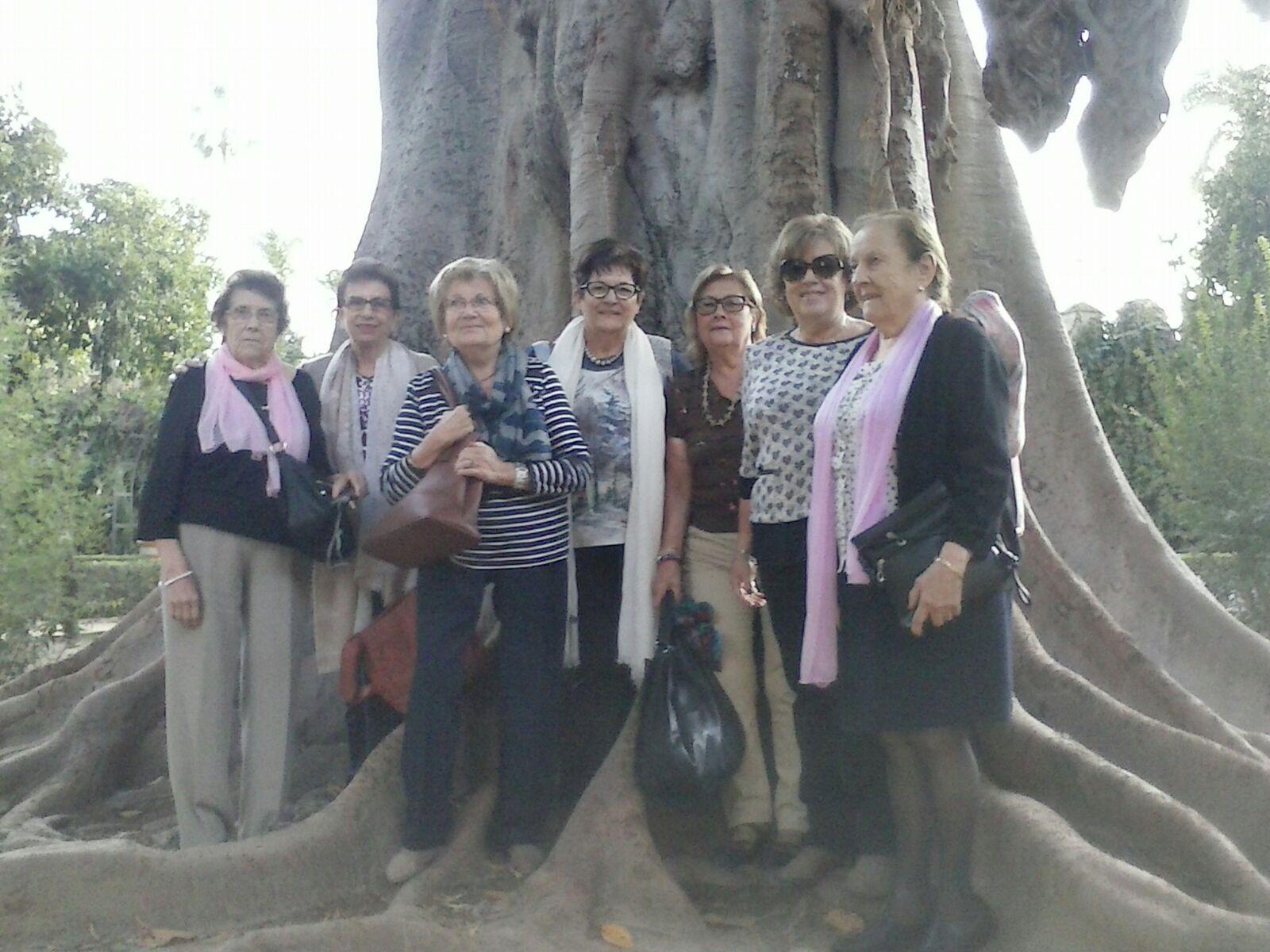 Un grupo de amigos posan en el parque de Maria Luisa de Sevilla