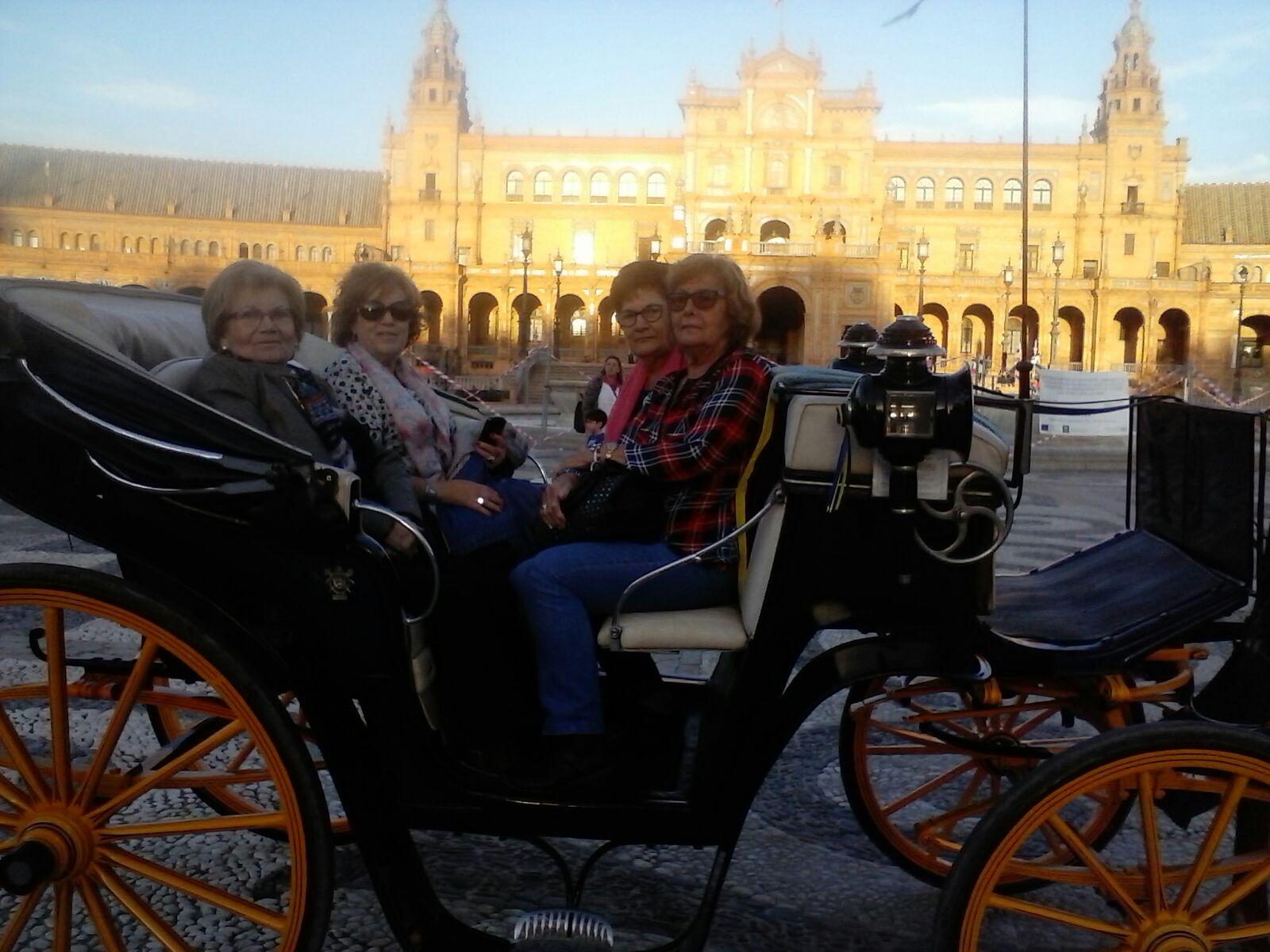 Grupo de amigos paseando por Sevilla