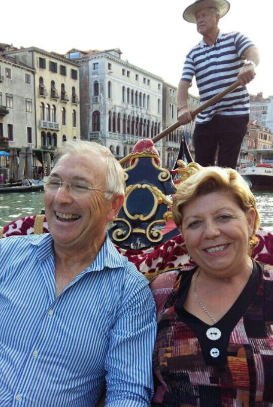 Alejandro y Mari en góndola por Venecia.