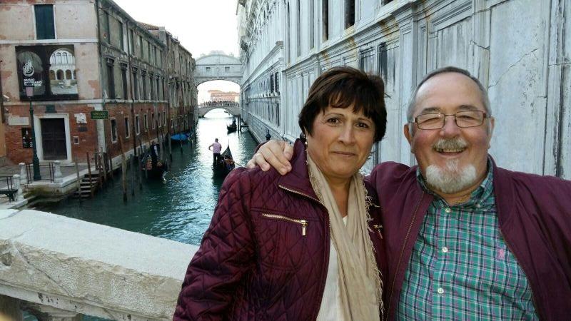 Miguel y Paqui ante el Puente de los Suspiros en Venecia.