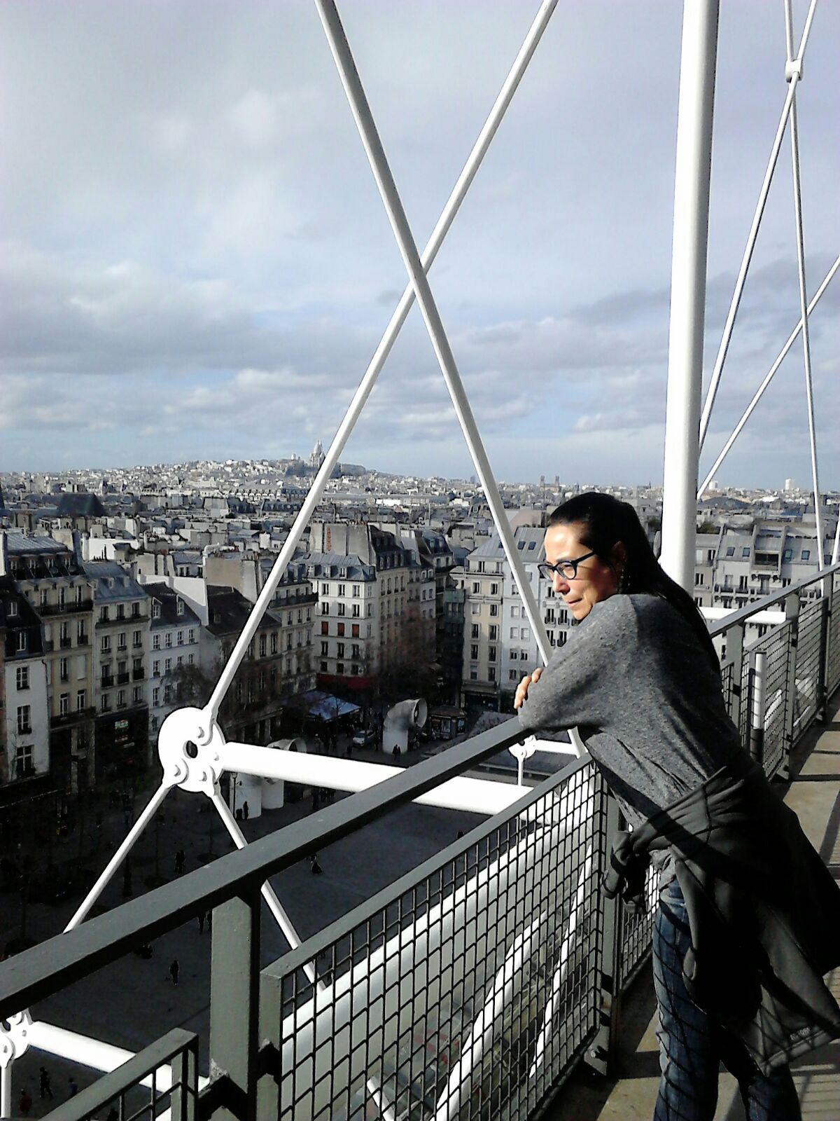 Ana en lo alto del Museo Pampidou de París y con el Sacre Coeur al fondo.