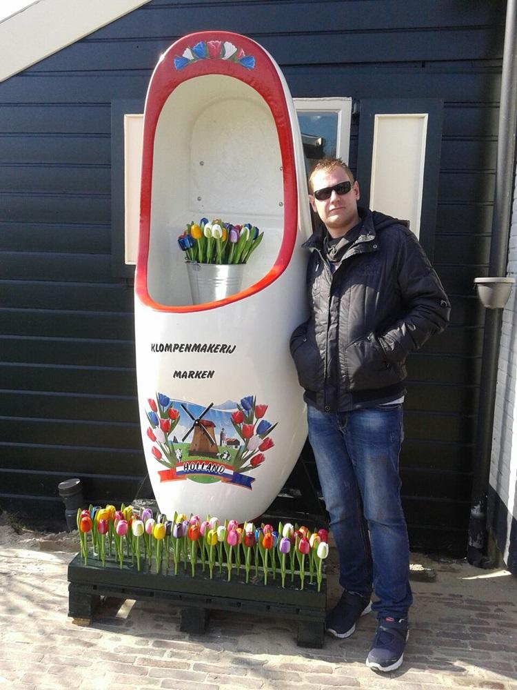 Joan posa con uno de los emblemas de Holanda en Marken.