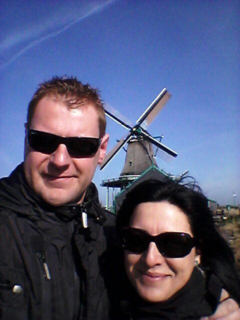 Esther y Joan ante uno de los molinos de los alrededores de Amsterdam