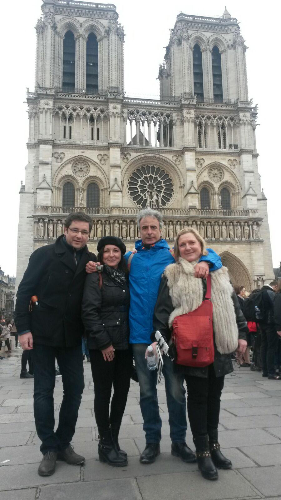 Alfonso, Montse, Antonio y Pam ante Notre Dame de París.