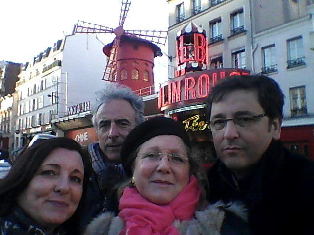 Alfonso, Montse, Antonio y Pam ante el Moulin Rouge de París.