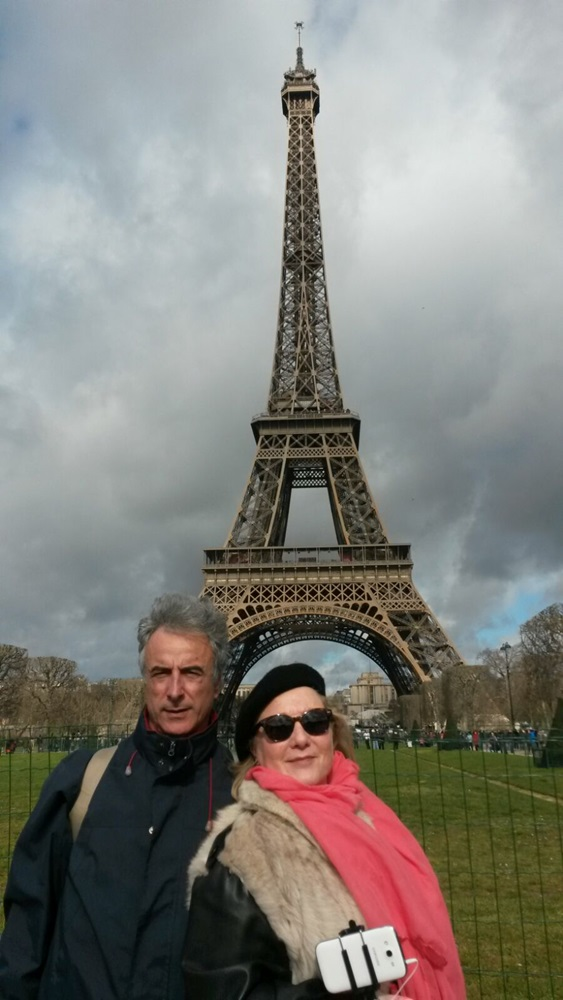 Antonio y Pam delante de la Torre Eiffel de París.
