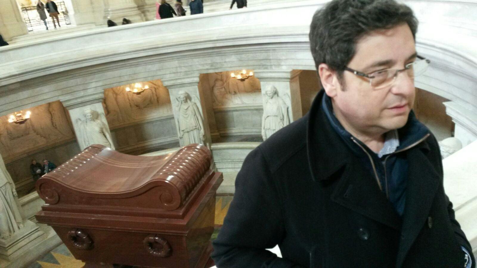 Alfonso ante la tumba de Napoleón.