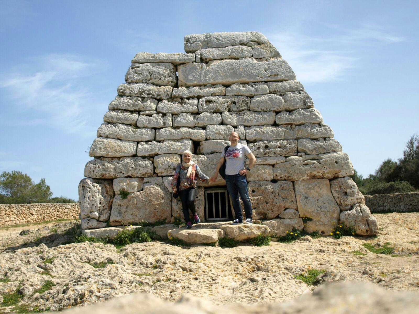 Ferran y Toni en la Naveta des Tudons en Menorca.