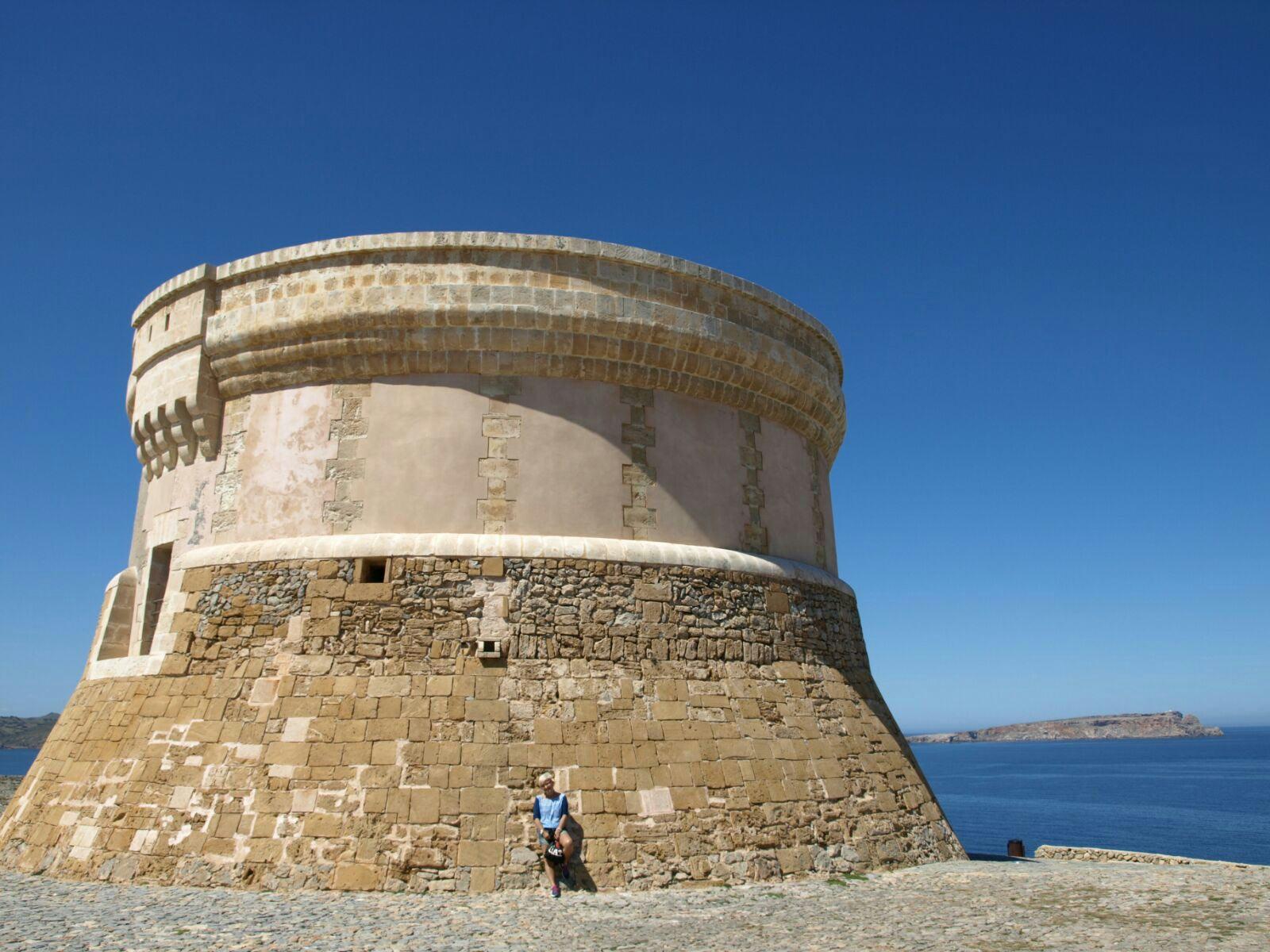 Toni junto a la Torre de Fornells en Menorca.