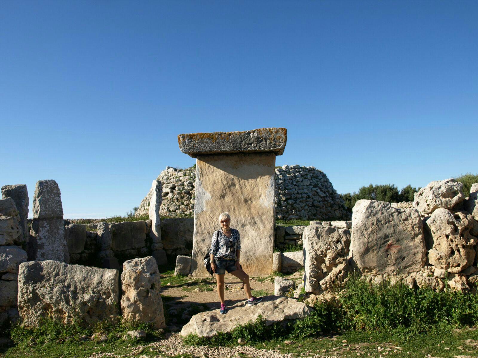 Toni ante la Taula del poblado Talayótico de Trepucó en Menorca.