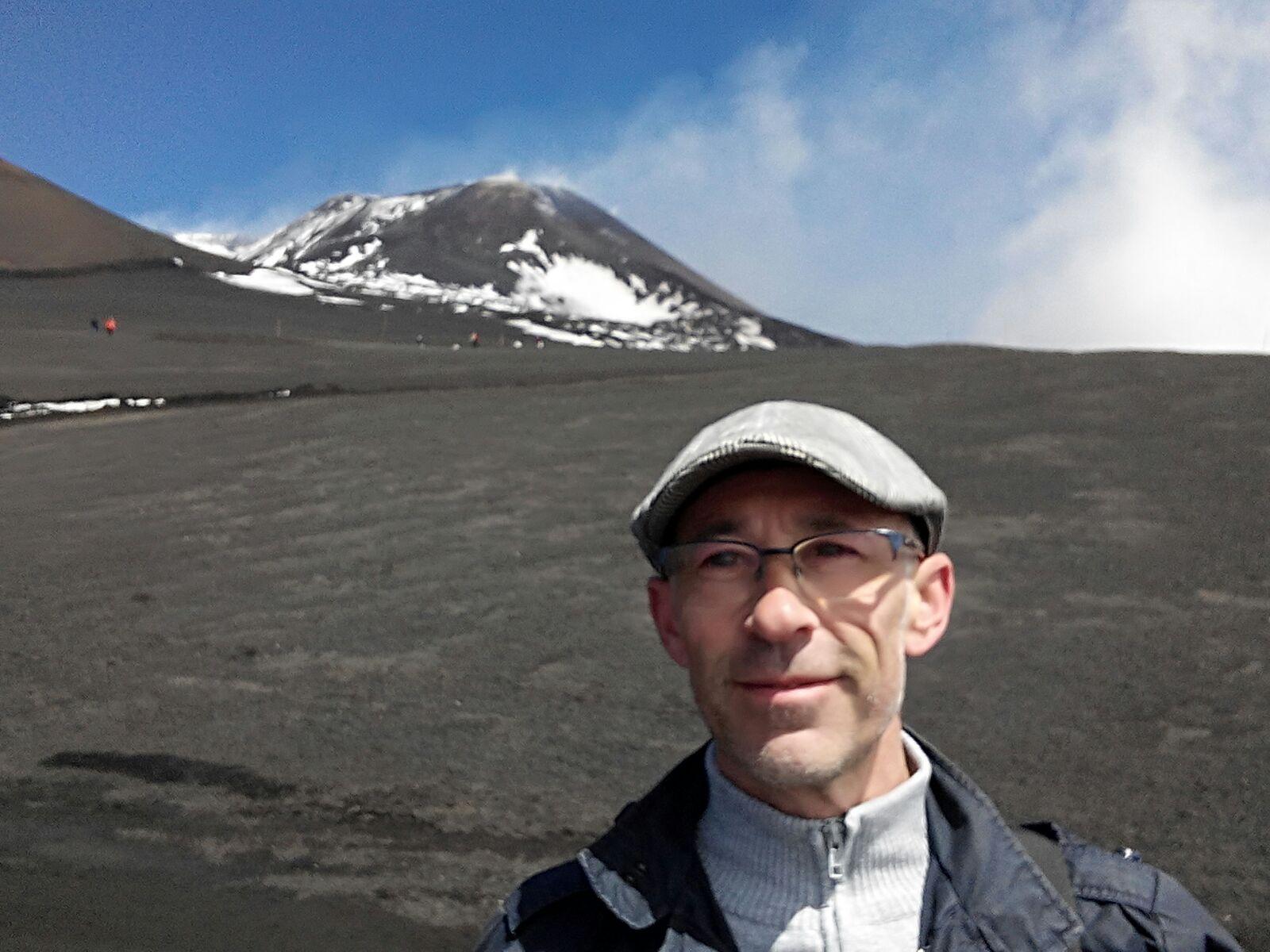 Enric con el Monte Etna al fondo, en Sicilia.