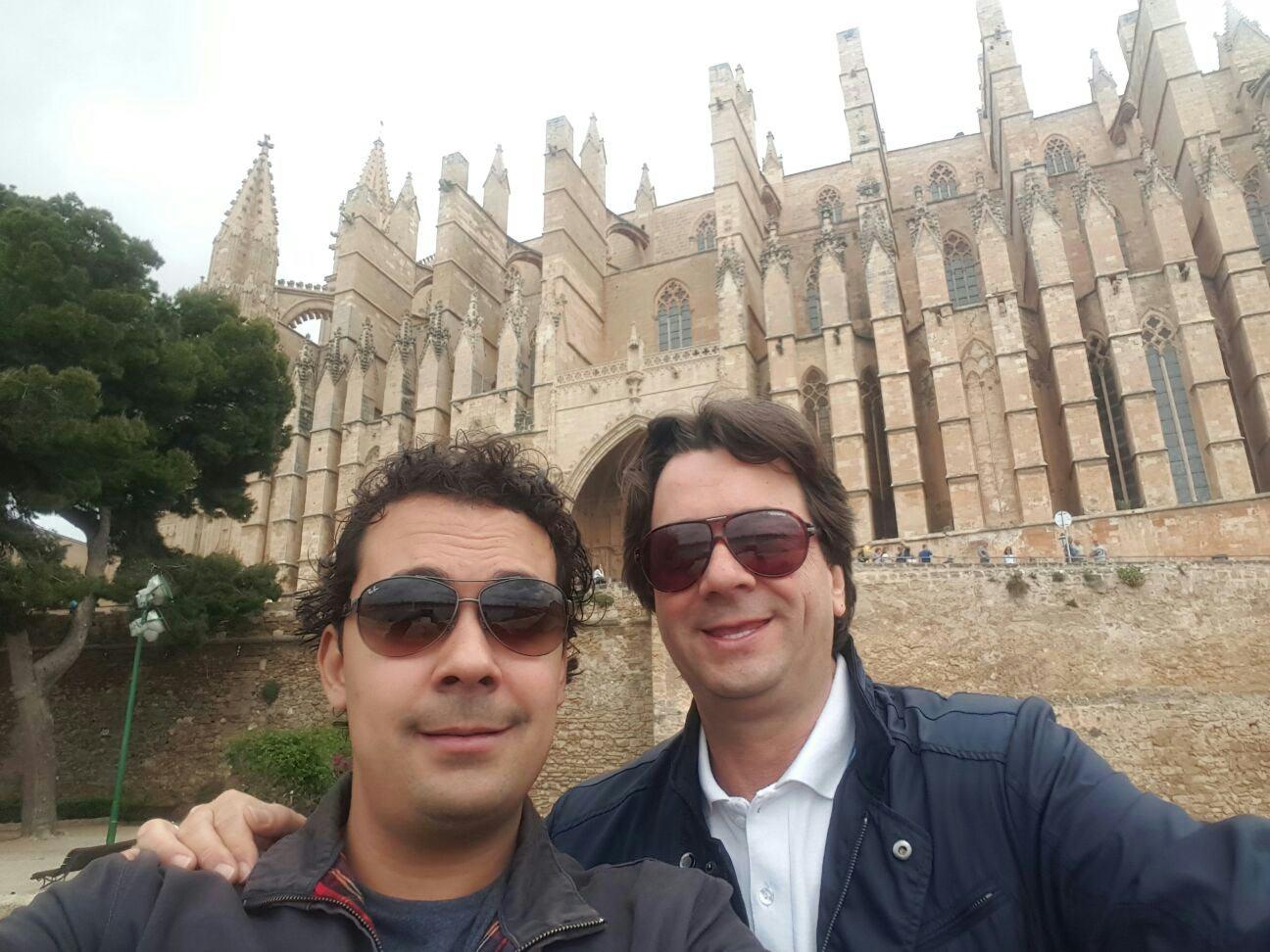 Jose Miguel y Pepe con la Catedral de Palma de Mallorca.