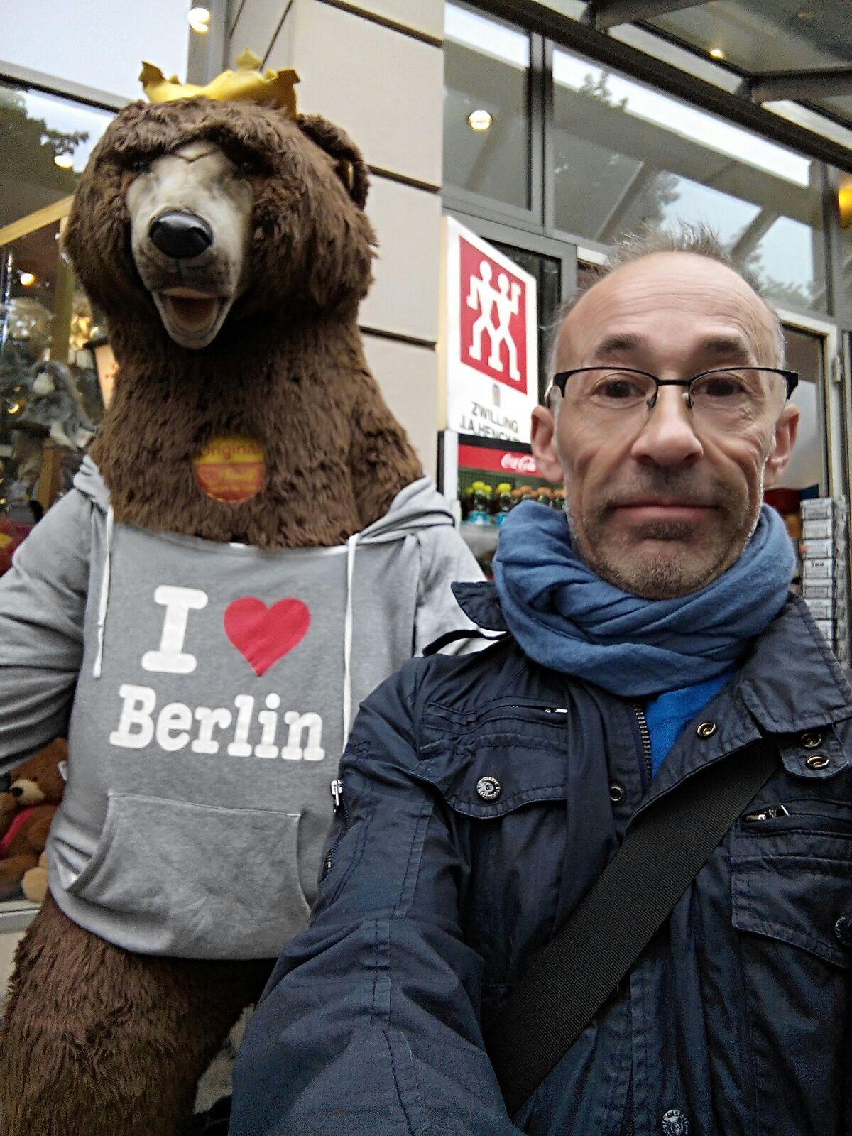 """Enric """"haciendo amigos"""" en Berlín"""