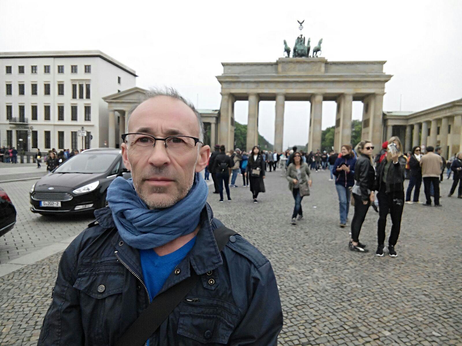 Enric con la Puerta de Brandeburgo (Berlín)