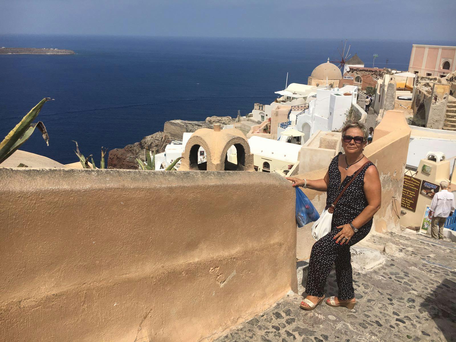 María en una calle de Santorini