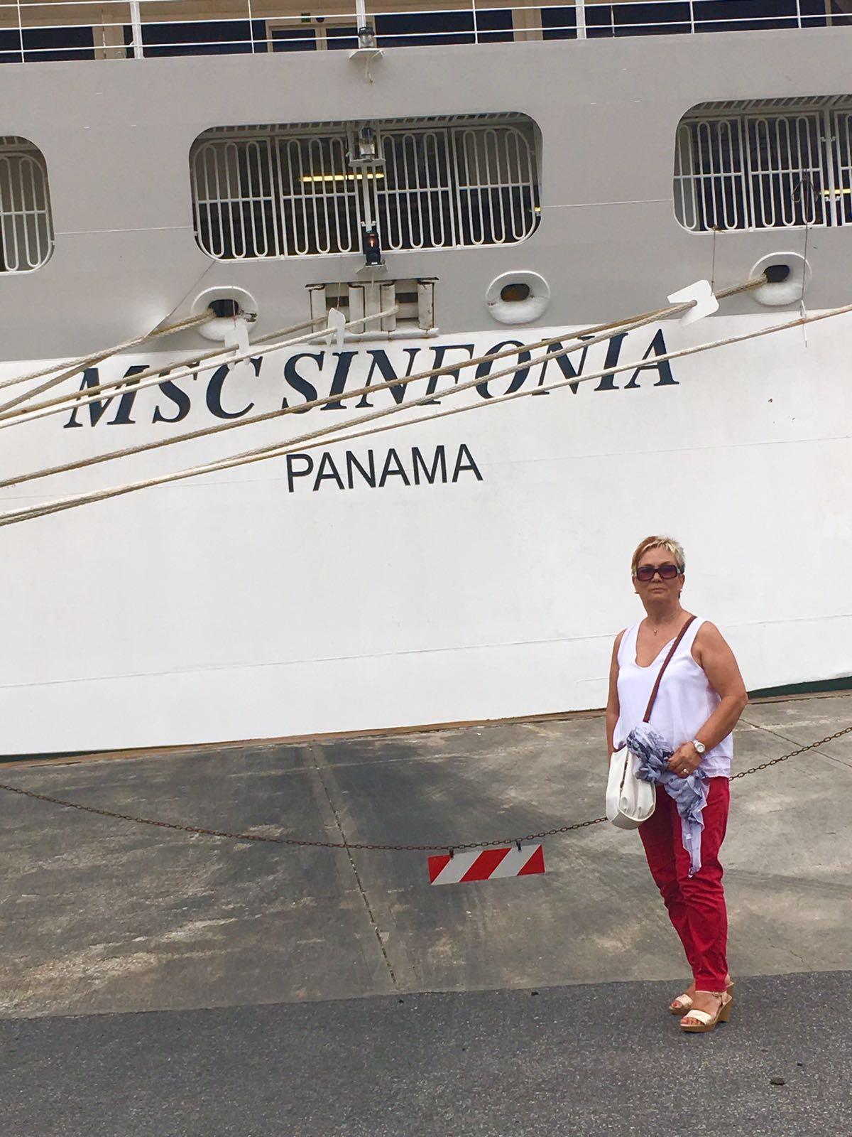 María junto al MSC Sinfonía.