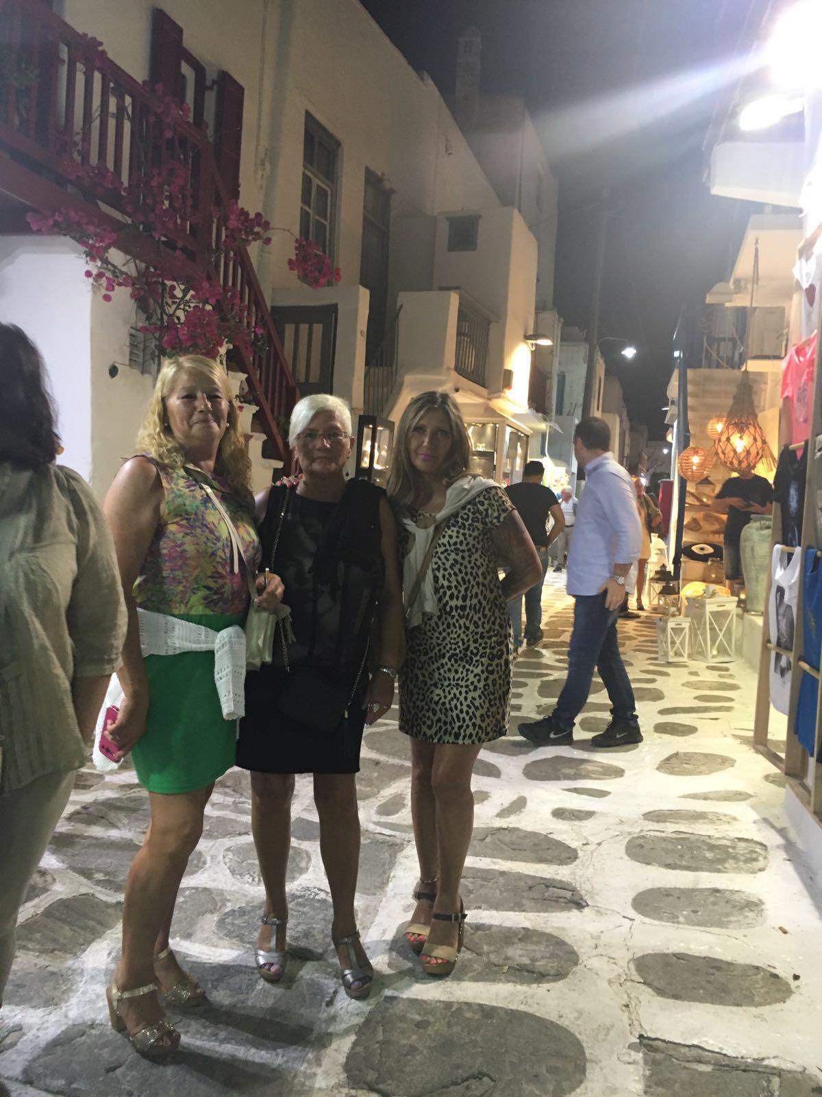 Asun, Mª Pilar y Tere por las calles de Mykonos.