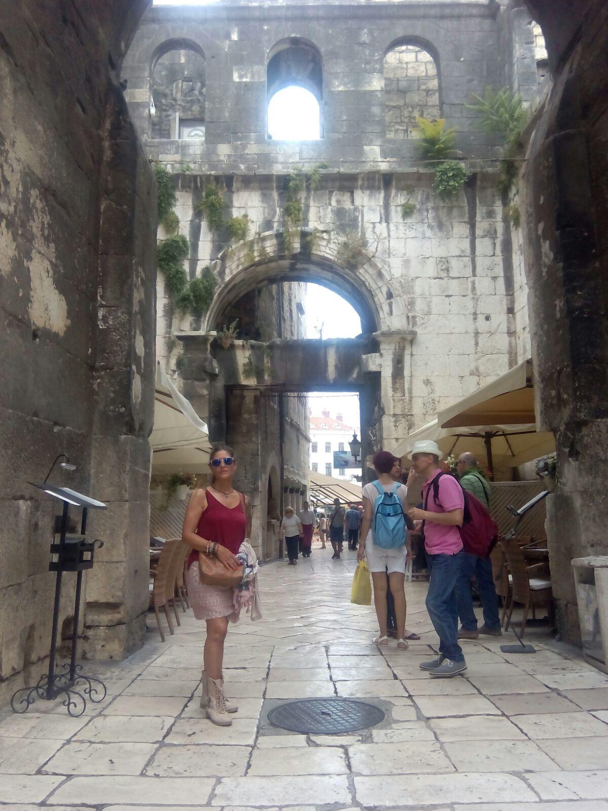 Asun ante la antigua puerta de Split