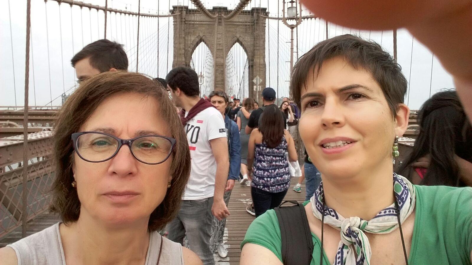 Maricarmen y Anna en el puente de Brooklyn en Nueva York.