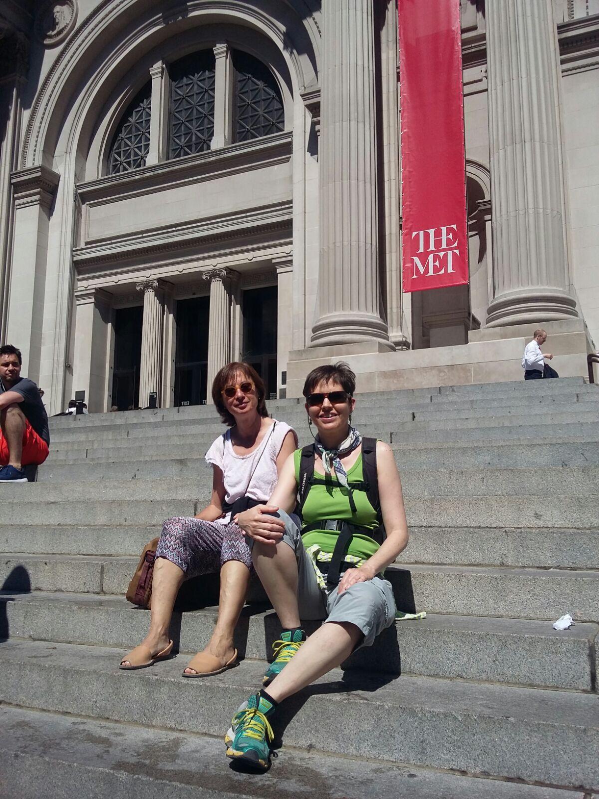 Maricarmen y Anna en las escaleras del Museo Metropólitan de Nueva York.