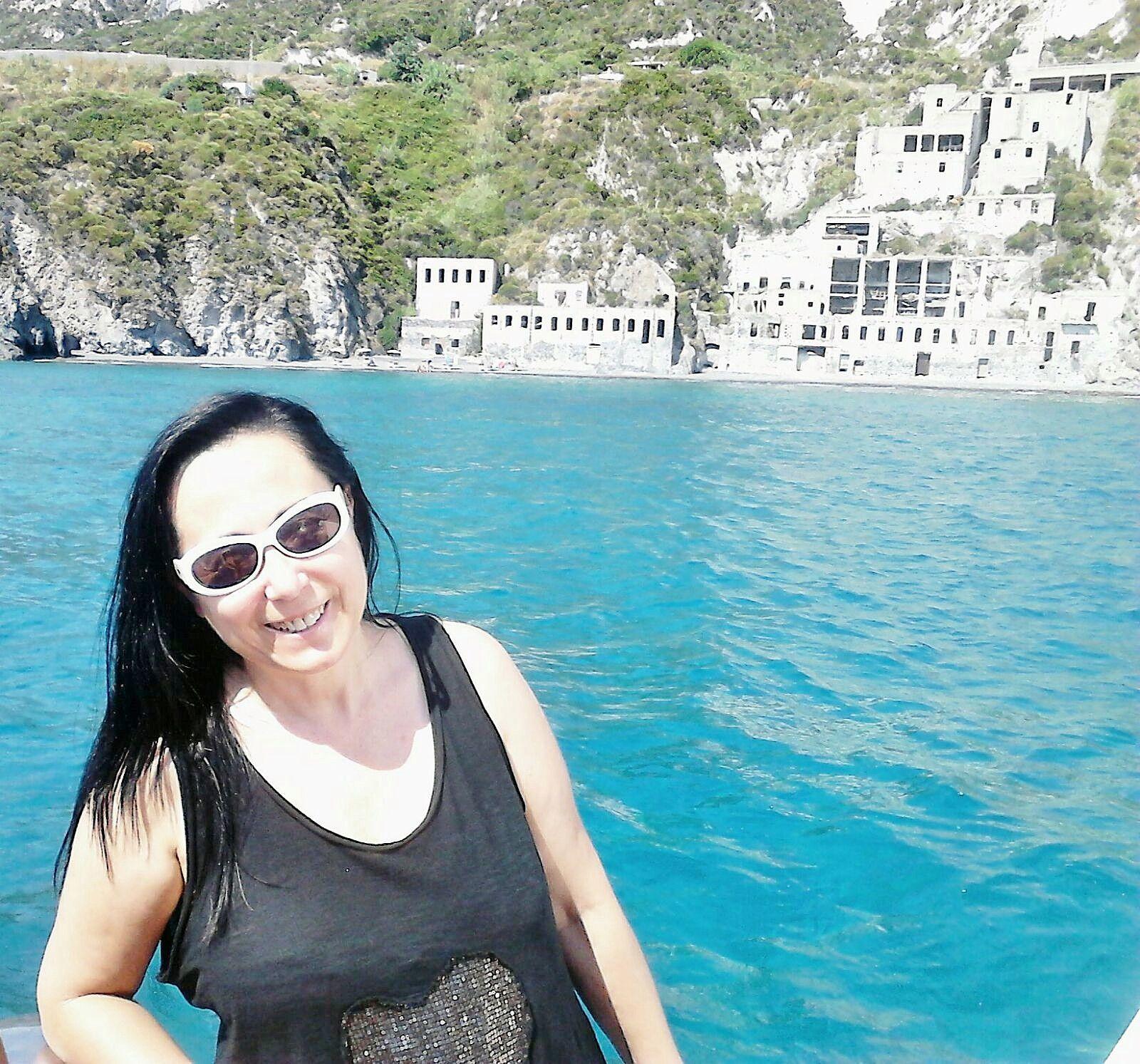 Ana navegando hacia Sicilia isla del archipiélago de las Eolias en Italia.