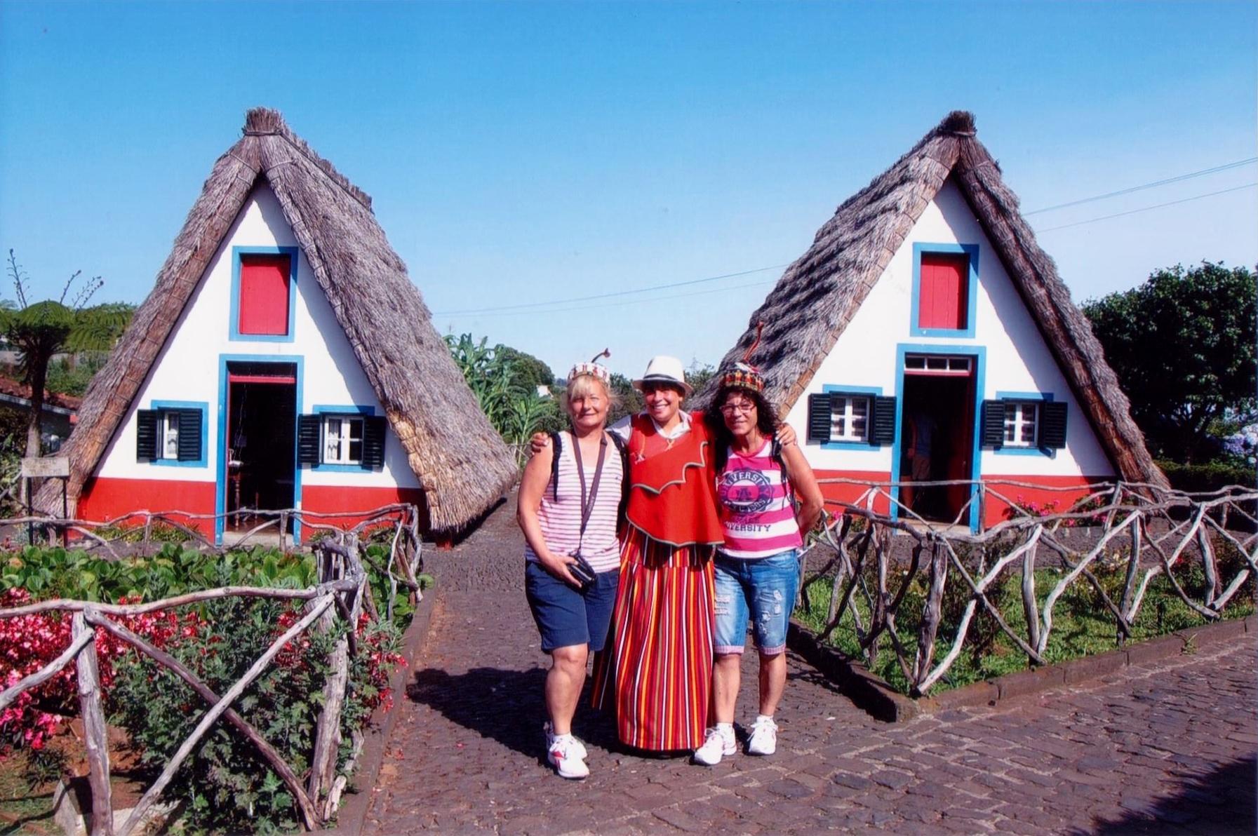 Merche y Valen posan en Madeira con sus típicas casas triangulares.