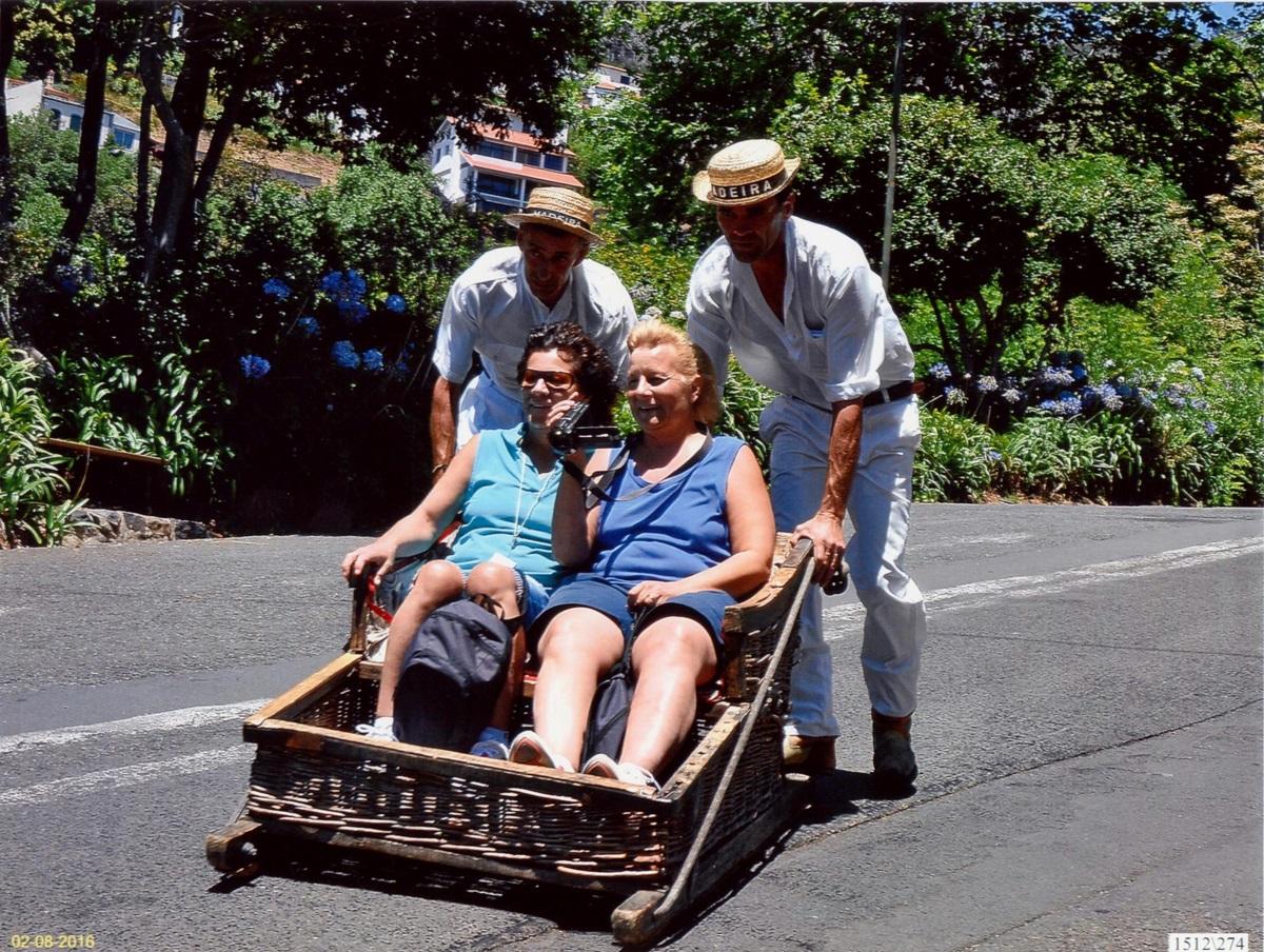 Valen y Merche en un típico carro en Madeira