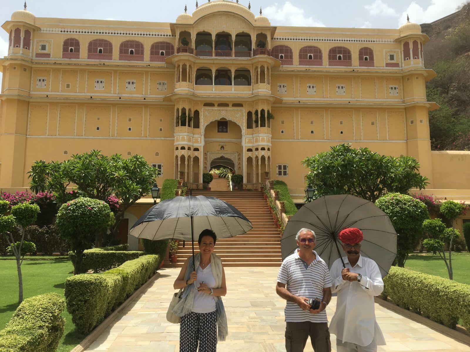 Isabel y Josep Anton en el Palacio de Samode en India